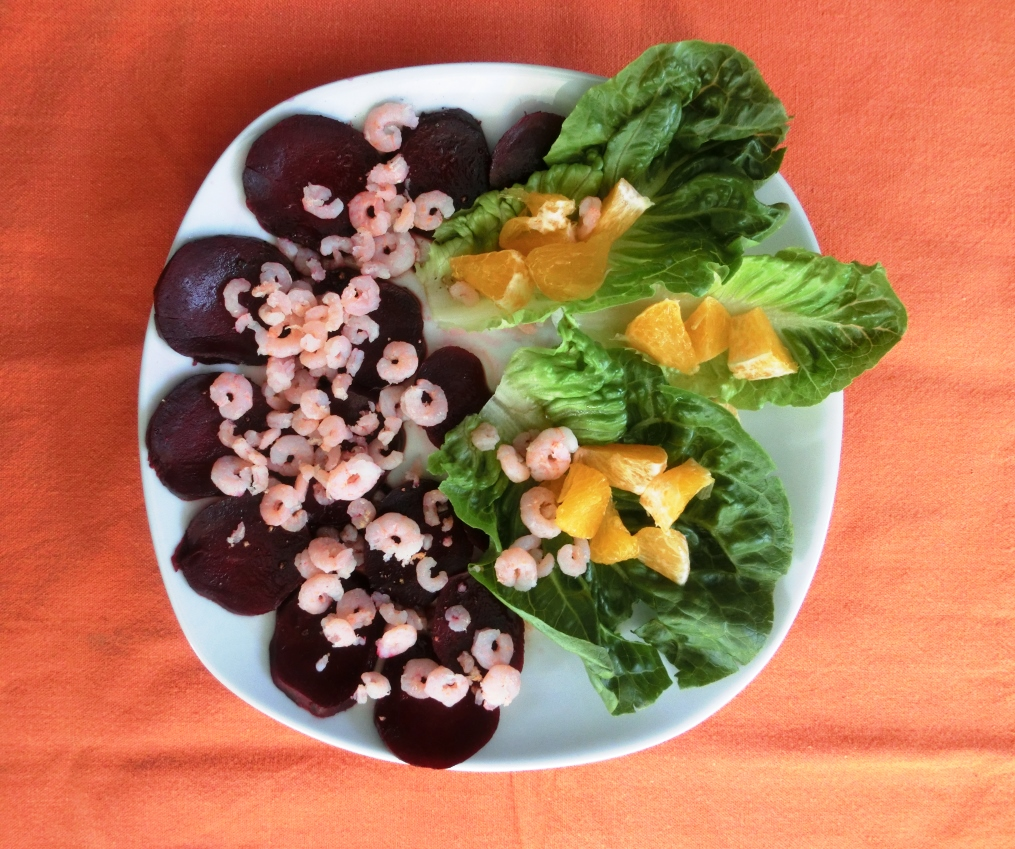 Essen während der Stoffwechselkur: Rote Beete mit Shrimps und dazu Salat mit Orangenstückchen
