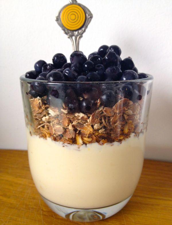 Heidelbeer-Vanille-Frühstück mit gerösteten Haferflocken