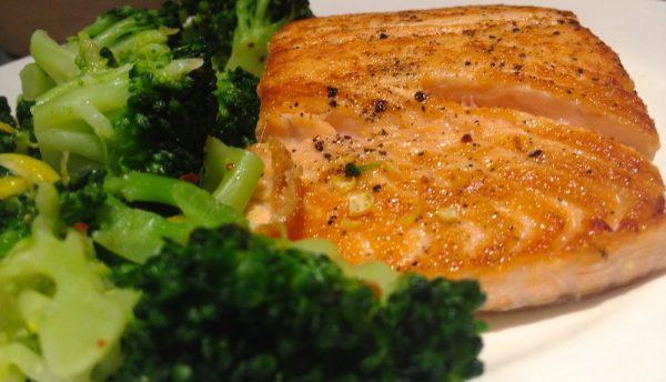 Gegrillter Lachs mit Brokkoli