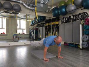 TRX Übung Re-Crunch für Bauchmuskeln